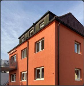 Fassadenanstrich mit Sol-Silikatfarbe. Betonsanierung Balkon.